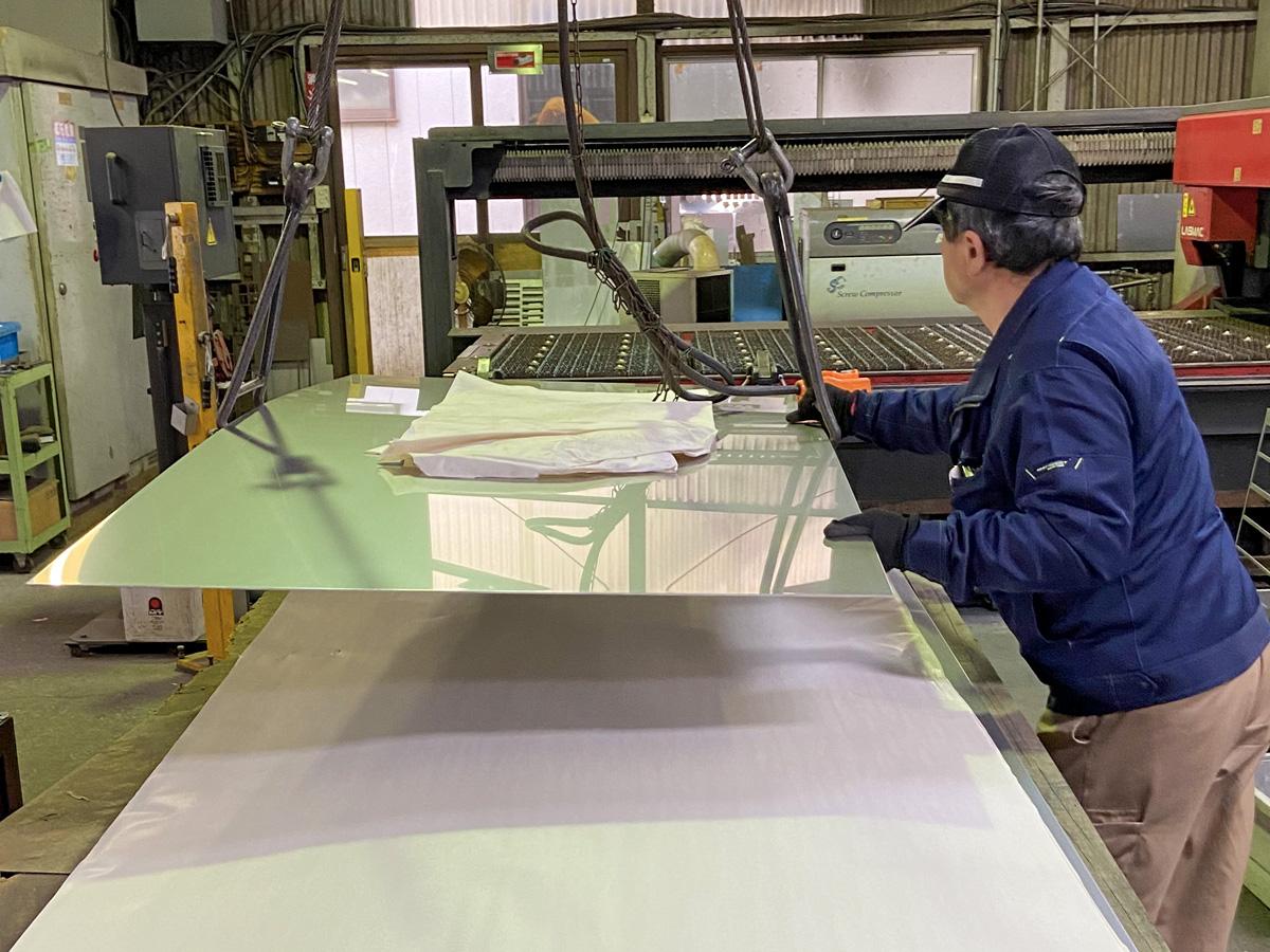 レーザー加工機のステンレス板セット